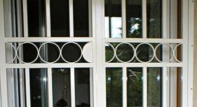 Einnbruchschutz einbruchschutz scherengitter fenstergitter for Fenster quer